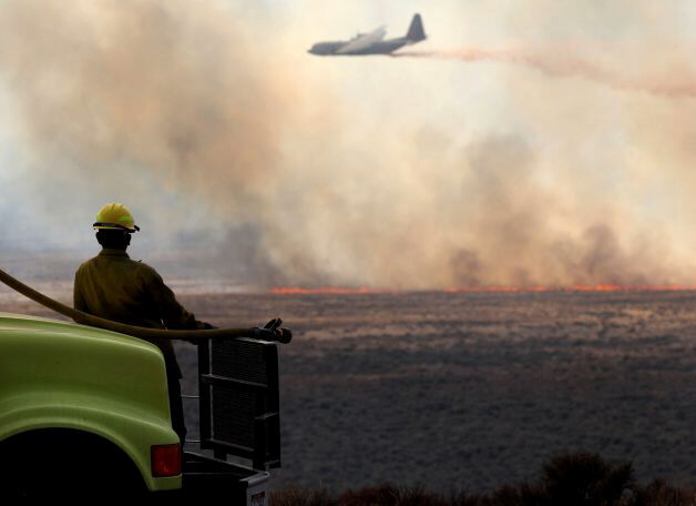Air tanker drops retardant on wildfire north of Jackpot, Nevada