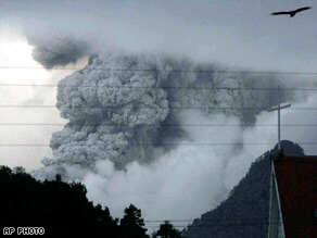 Chaiten volcano continues producing thick cloud of smoke and ashes