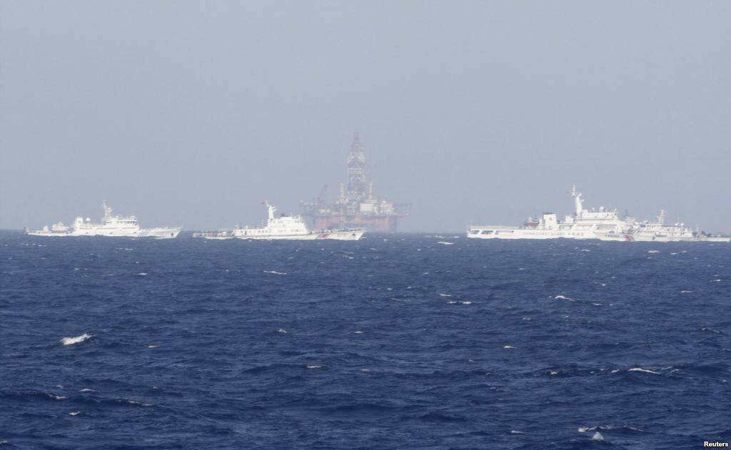 Chinese oil rig surrounded by ships of China Coast Guard