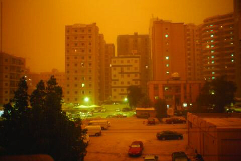 Rare Kuwait sandstorm turns day into orange night.