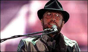 Maurice Gibb singing in 1998