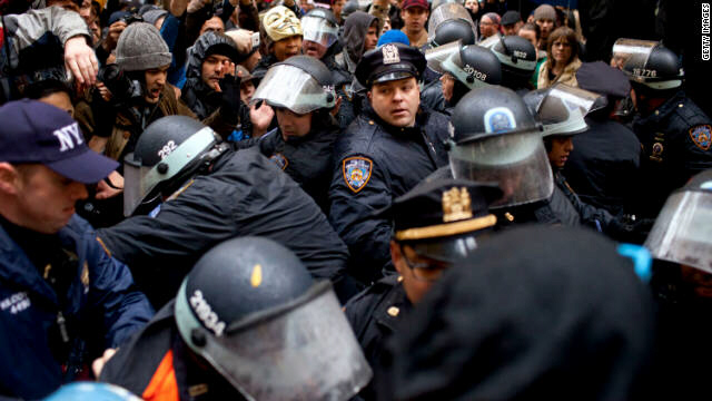 Police officers clash with protesters in New York's Zuccotti Park