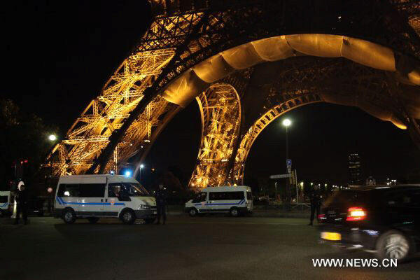 Police stand guard near the Eiffel Tower following a bomb alert