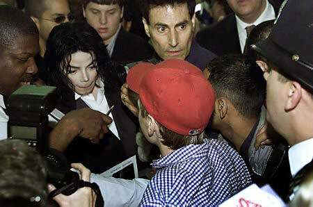 http://www.newprophecy.net/Pop_star_Michael_Jackson2L_and_psychic_Uri_Geller_top_are_mobbed_by_fans.jpg