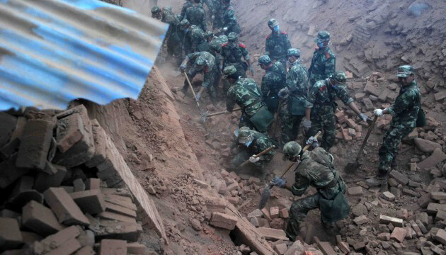 Rescuers dig through rubble in quake-hit Sichuan Province