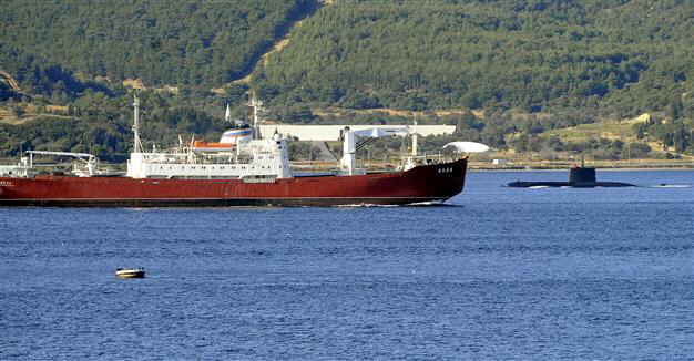 Russian navy ship encounters Turkish sumarine passing through the Dardanelles