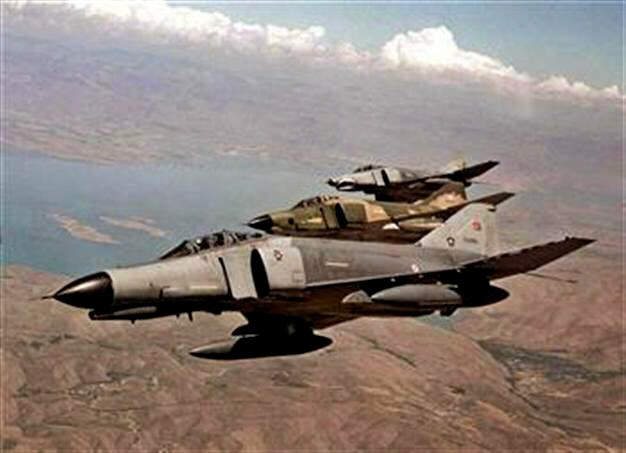 Turkish airforce patrol Syrian air space near border